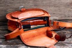 Καφετιά τσάντα δέρματος, τσάντα με τα εξαρτήματα Στοκ Εικόνες