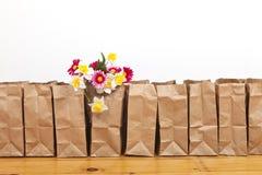 Καφετιά τσάντες και λουλούδια Στοκ εικόνες με δικαίωμα ελεύθερης χρήσης