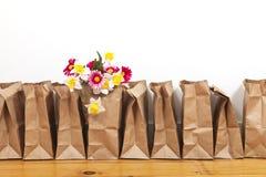 Καφετιά τσάντες και λουλούδια Στοκ φωτογραφία με δικαίωμα ελεύθερης χρήσης
