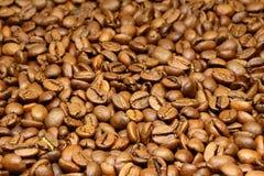 Καφετιά φασόλια καφέ για το υπόβαθρο και τη σύσταση Στοκ Εικόνα