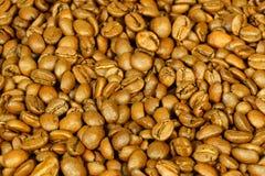 Καφετιά φασόλια καφέ για το υπόβαθρο και τη σύσταση Στοκ Φωτογραφίες