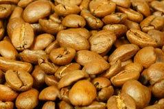 Καφετιά φασόλια καφέ για το υπόβαθρο και τη σύσταση Στοκ Φωτογραφία