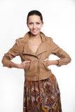 καφετιά χαμογελώντας γυναίκα σακακιών Στοκ Εικόνες