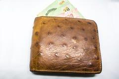 Καφετιά χρήματα πορτοφολιών ατόμων ` s στο άσπρο υπόβαθρο μετρητών στοκ εικόνες