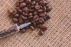 Καφετιά ψημένα φασόλια καφέ στη σύριγγα burlap στοκ φωτογραφία με δικαίωμα ελεύθερης χρήσης