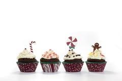 Καφετιά muffins σοκολάτας με την κρέμα και τα καλύμματα Στοκ εικόνα με δικαίωμα ελεύθερης χρήσης