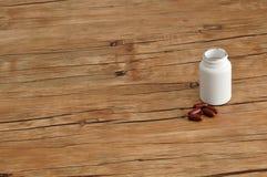 Καφετιές κάψες με ένα άσπρο πλαστικό μπουκάλι Στοκ φωτογραφίες με δικαίωμα ελεύθερης χρήσης