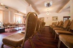Καφετιές καρέκλες στην κατηγορία σεμιναρίου Στοκ Φωτογραφία