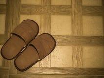 Καφετιές παντόφλες στο πάτωμα κεραμιδιών στοκ φωτογραφία με δικαίωμα ελεύθερης χρήσης