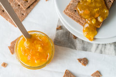 Καφετιές σουηδικές κροτίδες ψωμιού σίκαλης τραγανές με την πορτοκαλιά μαρμελάδα Στοκ Εικόνες