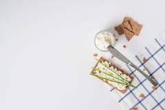 Καφετιές σουηδικές κροτίδες ψωμιού σίκαλης τριζάτες με το τυρί εξοχικών σπιτιών, που διακοσμείται με το λεπτό πράσινο κρεμμύδι Στοκ φωτογραφίες με δικαίωμα ελεύθερης χρήσης