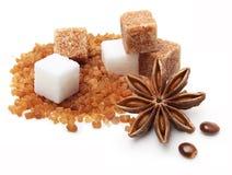 Καφετιοί και άσπροι κύβοι ζάχαρης καλάμων Στοκ φωτογραφίες με δικαίωμα ελεύθερης χρήσης