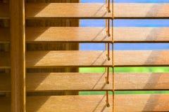 Καφετιοί ξύλινοι τυφλοί που είναι slighlty ανοικτοί Στοκ Φωτογραφία