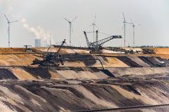 Καφετιοί του άνθρακα ξαναγεμίζοντας τομέας και μηχανήματα Στοκ Φωτογραφία