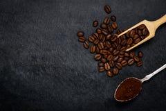 Καφετιοί ψημένοι επίγειοι καφές και φασόλια με το διάστημα αντιγράφων Στοκ φωτογραφία με δικαίωμα ελεύθερης χρήσης