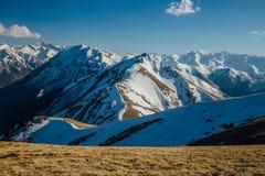 Καύκασος καλύπτει το shurovky ushba ουρανού βουνών βουνών τοπίων Καυκάσια κορυφογραμμή βουνών με τα καλύμματα χιονιού, Arkhyz, Ρω Στοκ Εικόνες