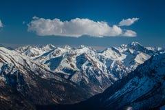 Καύκασος καλύπτει το shurovky ushba ουρανού βουνών βουνών τοπίων Καυκάσια κορυφογραμμή βουνών με τα καλύμματα χιονιού, Arkhyz, Ρω Στοκ Φωτογραφίες