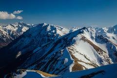 Καύκασος καλύπτει το shurovky ushba ουρανού βουνών βουνών τοπίων Καυκάσια κορυφογραμμή βουνών με τα καλύμματα χιονιού, Arkhyz, Ρω Στοκ φωτογραφία με δικαίωμα ελεύθερης χρήσης