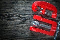 Καύση του κόπτη σωλήνων σφιγκτηρών στην ξύλινη τοπ άποψη πινάκων Στοκ Εικόνες