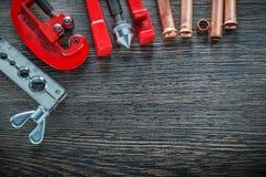 Καύση των πιό παχουλών μμένων σωλήνων φρένων κοπτών σωλήνων σφιγκτηρών στο ξύλινο β Στοκ Εικόνα