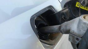 Καύσιμα ακροφυσίων εκμετάλλευσης χεριών στην αφθονία στο αυτοκίνητο Στοκ Εικόνες