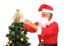 Κα Άγιος Βασίλης που διακοσμεί το χριστουγεννιάτικο δέντρο απόθεμα βίντεο