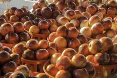 Καλάθια μήλων αγοράς Στοκ φωτογραφία με δικαίωμα ελεύθερης χρήσης
