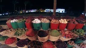 Καλάθια με τα καρυκεύματα νύχτα στην Αίγυπτο τοπίο τροπικό απόθεμα βίντεο
