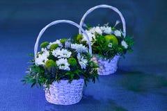 Καλάθια με τις ανθοδέσμες των λουλουδιών Στοκ Φωτογραφίες