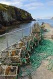 Καλάθια παγίδων αστακών σε μια κεκλιμένη ράμπα βαρκών στην Ιρλανδία Στοκ Εικόνα