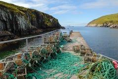 Καλάθια παγίδων αστακών σε μια κεκλιμένη ράμπα βαρκών στην Ιρλανδία Στοκ Εικόνες