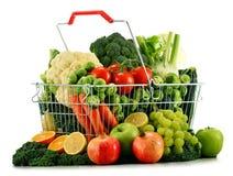Καλάθι αγορών με τα ανάμεικτα ακατέργαστα οργανικά λαχανικά πέρα από το λευκό Στοκ Εικόνες