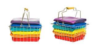 Καλάθι αγορών με το ζωηρόχρωμο μετάξι Στοκ εικόνα με δικαίωμα ελεύθερης χρήσης