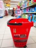 Καλάθι αγορών με το παντοπωλείο στην υπεραγορά στοκ εικόνες