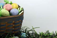 Καλάθι αυγών Πάσχας πέρα από το λευκό στοκ φωτογραφίες με δικαίωμα ελεύθερης χρήσης