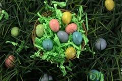 Καλάθι αυγών Πάσχας στη χλόη Στοκ Εικόνες