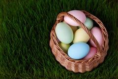 Καλάθι αυγών Πάσχας στο λιβάδι χλόης Στοκ Εικόνες