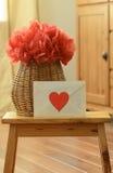 Καλάθι βάζων με το λουλούδι εγγράφου και την επιστολή αγάπης στοκ εικόνες με δικαίωμα ελεύθερης χρήσης