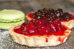 Καλάθι βιομηχανιών ζαχαρωδών προϊόντων με τα κεράσια, marshmallows και το κέικ Στοκ εικόνα με δικαίωμα ελεύθερης χρήσης