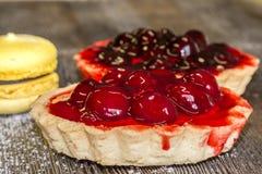 Καλάθι βιομηχανιών ζαχαρωδών προϊόντων με τα κεράσια, marshmallows και το κέικ Στοκ εικόνες με δικαίωμα ελεύθερης χρήσης