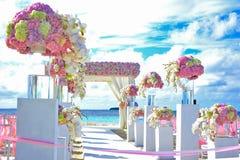 Καλάθι γαμήλιων λουλουδιών, κοχύλι δαχτυλιδιών και ακριβώς παντρεμένος πίνακας κιμωλίας, Στοκ Φωτογραφίες