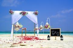 Καλάθι γαμήλιων λουλουδιών, κοχύλι δαχτυλιδιών και ακριβώς παντρεμένος πίνακας κιμωλίας, Στοκ Εικόνες