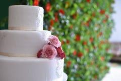 Καλάθι γαμήλιων λουλουδιών, κοχύλι δαχτυλιδιών και ακριβώς παντρεμένος πίνακας κιμωλίας, Στοκ φωτογραφίες με δικαίωμα ελεύθερης χρήσης