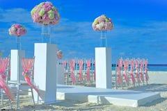 Καλάθι γαμήλιων λουλουδιών, κοχύλι δαχτυλιδιών και ακριβώς παντρεμένος πίνακας κιμωλίας, Στοκ Φωτογραφία
