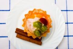 Καλάθι κέικ με τα φρούτα και την κρέμα Στοκ Εικόνες