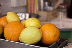 Καλάθι μετάλλων με τα πορτοκάλια και τα λεμόνια στοκ εικόνες