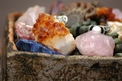 Καλάθι με πολλές φυσικές πέτρες Στοκ Φωτογραφίες