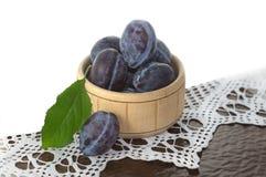 Καλάθι με τα δαμάσκηνα φρούτων στοκ φωτογραφία