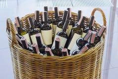 Καλάθι με τα μπουκάλια του κρασιού Στοκ εικόνα με δικαίωμα ελεύθερης χρήσης