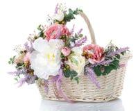 Καλάθι με τα λουλούδια για να γιορτάσει Πάσχα σε ένα άσπρο υπόβαθρο Στοκ φωτογραφία με δικαίωμα ελεύθερης χρήσης